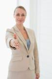 Uśmiechnięty pośrednik w handlu nieruchomościami trzyma jej rękę out kamera Zdjęcia Stock