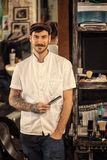 Uśmiechnięty portret modnisia fryzjer męski Obrazy Royalty Free