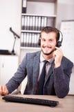 Uśmiechnięty pracownik od obsługi klienta poparcia w biurze Fotografia Stock