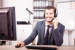 Uśmiechnięty pracownik od obsługi klienta poparcia w biurze Fotografia Royalty Free
