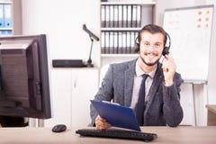 Uśmiechnięty pracownik od obsługi klienta poparcia w biurze Obraz Stock