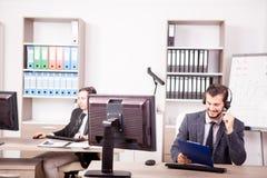 Uśmiechnięty pracownik od obsługi klienta poparcia w biurze Zdjęcie Royalty Free