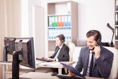 Uśmiechnięty pracownik od obsługi klienta poparcia w biurze Zdjęcie Stock