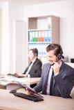 Uśmiechnięty pracownik od obsługi klienta poparcia w biurze Zdjęcia Royalty Free