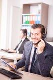 Uśmiechnięty pracownik od obsługi klienta poparcia w biurze Obraz Royalty Free