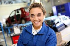 Uśmiechnięty praktykant w repairshop fotografia royalty free