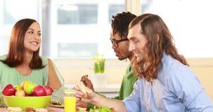 Uśmiechnięty przypadkowy biznesmen ma lunch z kolegami zbiory wideo