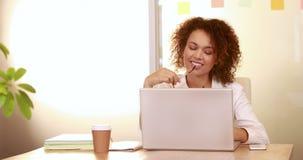 Uśmiechnięty przypadkowy bizneswoman używa laptop zbiory