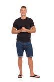 Uśmiechnięty Przypadkowy mężczyzna W cajgów skrótach I Czarnej koszula zdjęcia stock