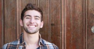 Uśmiechnięty przypadkowy modniś gestykuluje aprobaty zdjęcie wideo