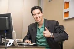 Uśmiechnięty przystojny młody biznesmena obsiadanie w Zdjęcia Royalty Free