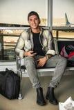 Uśmiechnięty przystojny młody człowiek przy lotniskiem obraz stock