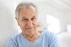 Uśmiechnięty przystojny starszy mężczyzna w domu fotografia royalty free