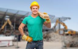 Uśmiechnięty ręczny pracownik w hełmie z drewnianymi deskami Obrazy Royalty Free
