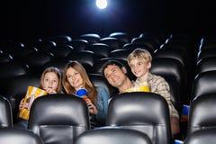 Uśmiechnięty Rodzinny dopatrywanie film W teatrze Zdjęcie Stock
