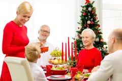 Uśmiechnięty rodzinny mieć wakacyjnego gościa restauracji w domu Obrazy Royalty Free