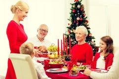 Uśmiechnięty rodzinny mieć wakacyjnego gościa restauracji w domu Fotografia Royalty Free