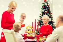 Uśmiechnięty rodzinny mieć wakacyjnego gościa restauracji w domu Zdjęcia Royalty Free