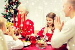 Uśmiechnięty rodzinny mieć wakacyjnego gościa restauracji w domu Zdjęcie Royalty Free