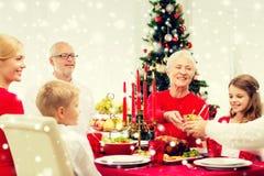 Uśmiechnięty rodzinny mieć wakacyjnego gościa restauracji w domu Zdjęcie Stock