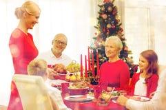 Uśmiechnięty rodzinny mieć wakacyjnego gościa restauracji w domu Fotografia Stock