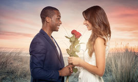 Uśmiechnięty romantyczny mężczyzna proponuje jego sympatia fotografia royalty free