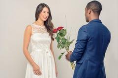 Uśmiechnięty romantyczny mężczyzna proponuje jego sympatia zdjęcie royalty free