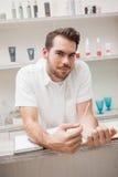 Uśmiechnięty salonu pracownik z akcyjną książką obrazy royalty free