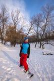 Uśmiechnięty snowboarder relaksuje po jechać w zima lesie Fotografia Royalty Free