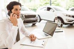 Uśmiechnięty sprzedawca ma rozmowę telefonicza Zdjęcia Stock