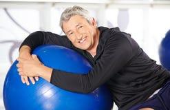 Uśmiechnięty starsza osoba mężczyzna z ćwiczeniem Obraz Royalty Free