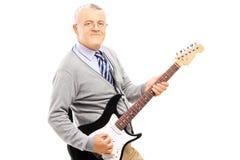 Uśmiechnięty starszy mężczyzna bawić się gitarę Zdjęcie Royalty Free