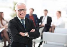 Uśmiechnięty starszy szef w tle biuro obraz royalty free