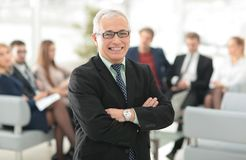 Uśmiechnięty starszy szef w tle biuro zdjęcia royalty free