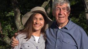 Uśmiechnięty stary człowiek i nastoletnia dziewczyna zbiory