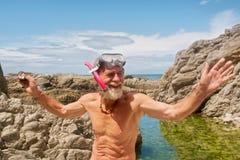 Uśmiechnięty stary człowiek opowiada po snorkelling Zdjęcia Stock