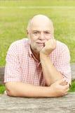 Uśmiechnięty stary człowiek w parku Obraz Royalty Free