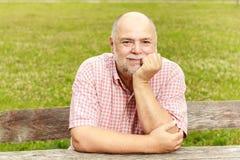 Uśmiechnięty stary człowiek w parku Fotografia Royalty Free