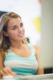 Uśmiechnięty studencki działanie w komputerowym pokoju Fotografia Stock