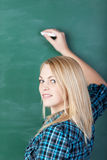Uśmiechnięty Studencki Writing Na Blackboard Fotografia Royalty Free