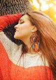 Uśmiechnięty szczęśliwy dziewczyna profilu piękna portret, mody boho szyka stylu dreamcatcher kolczyki, jesień plenerowa zdjęcia stock
