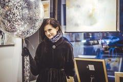 Uśmiechnięty szczęśliwy młoda kobieta portret z baloon obrazy royalty free