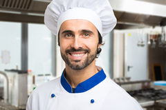 Uśmiechnięty szef kuchni w jego kuchni Fotografia Royalty Free