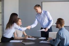 Uśmiechnięty szefa handshaking pracownik dziękuje na dobre pracę lub bal obraz stock