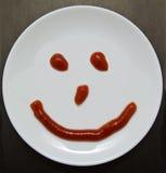 Uśmiechnięty talerz na ciemnym tle Zdjęcia Stock