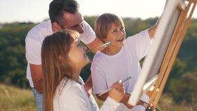 Uśmiechnięty tata i dzieci rysujemy obrazek zbiory