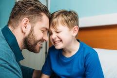 Uśmiechnięty tata i syn w szpitalnej sala obrazy royalty free