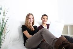 Uśmiechnięty teenaged brat i siostra obraz royalty free