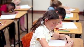 Uśmiechnięty uczeń robi ćwiczeniom zbiory