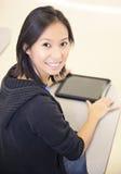 Uśmiechnięty uczeń używa pastylka komputer obraz stock
